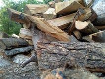 Staplade stycken och handlag av trä arkivbilder