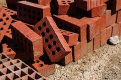 Staplade tegelstenar på ett konstruktionsområde Arkivbild
