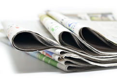Staplade tidningar vikta och Arkivfoton