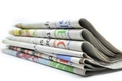 Staplade tidningar vikta och Arkivfoto