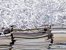 Staplade tidskrifter och strimlat papper Arkivbilder