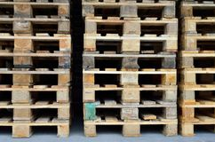 Staplade träpaletter Arkivfoton