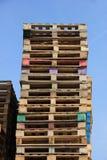 Staplade träpaletter Royaltyfri Bild