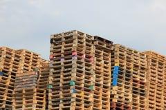 Staplade träpaletter Arkivbild