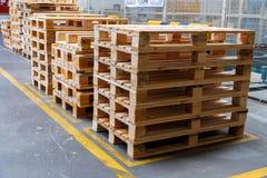 Staplade träpaletter på en lagring royaltyfri fotografi
