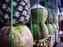 Staplade tropiska frukter som framme hänger av drycken Juice Store Arkivfoto