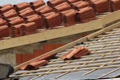 staplar av taklägga-tegelplattor på ett hus Royaltyfria Bilder