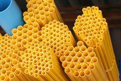 Staplar gula cirkelrör med fördjupningen fotografering för bildbyråer