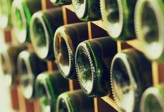 Staplat av gamla vinflaskor i källaren arkivfoto