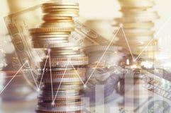 Staplat av myntpengar med finans för kontobok och bankrörelsebegreppet för bakgrund begreppet växer och går in stegvis för succe arkivbild
