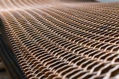 Staplat tungt rostigt raster för metalltråd på en konstruktionsplats arkivfoton