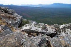 Stapled kamienie z widokiem w dolinę przy płocha punktem obserwacyjnym, Grampians, Wiktoria, Australia obrazy stock