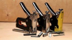 Staplers χειρωνακτικός μηχανικός - για την εργασία επισκευής στο σπίτι και για τα έπιπλα, και υποστηρίγματα απόθεμα βίντεο