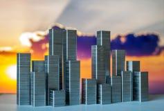 Staples arranjou para formar a skyline da cidade em um fundo do por do sol Imagem de Stock Royalty Free