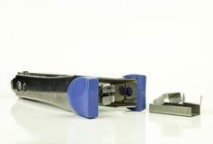 Staples e grampeador no fundo branco Foto de Stock