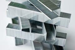 Staples gjorde av metall för hushållhäftapparater Arkivbilder