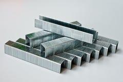 Staples gjorde av metall för hushållhäftapparater Royaltyfri Fotografi