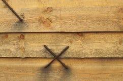 Staples hämmerte in die Holzbalken Stockfoto
