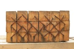 Staples hämmerte in die Holzbalken Lizenzfreies Stockbild