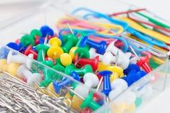 Staples i materiały guziki kłamają w pudełku Zdjęcie Stock