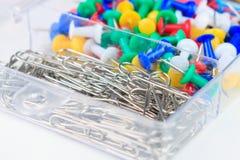 Staples i materiały guziki w pudełku Zdjęcie Royalty Free