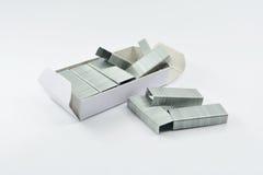 Staples impila isolato su un fondo bianco Fotografia Stock