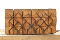 Staples a martelé dans les faisceaux en bois Image libre de droits