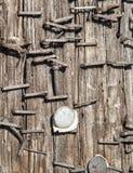 Staples & Nails på en gatastolpe Royaltyfria Bilder
