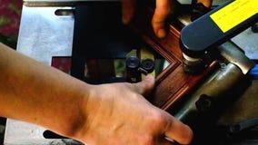 Staples sujeta con grapa marcos en la máquina almacen de video