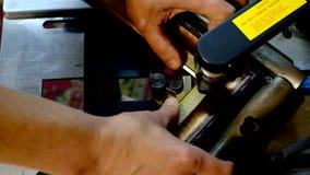 Staples sujeta con grapa marcos en la máquina almacen de metraje de vídeo