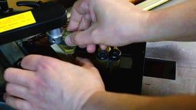 Staples sujeta con grapa marcos en la máquina metrajes