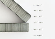 Staples in una carta cucita con punti metallici Immagini Stock Libere da Diritti