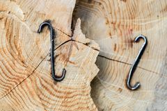 Staples usou-se para os logs de madeira Acessórios para fixar a madeira no Fotografia de Stock