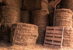 Staplungs-Hay Bales in einer Scheune Stockfotos