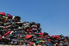 Staplungs- und zerquetschte Autos Stockfotografie