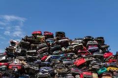 Staplungsautos an einem Autofriedhof Lizenzfreies Stockbild