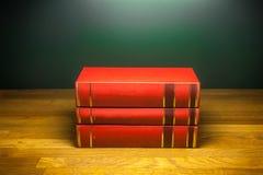 Staplungsbücher auf Schreibtischstudie Stockfotos