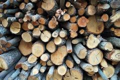 Staplungsbrennholz auf der Straße Stockfotos