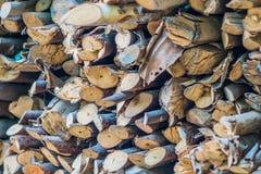 Staplungsbrennholz für den Winter Stockfoto