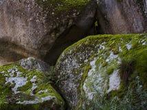 Staplungsfelsenflusssteine mit Moos Lizenzfreie Stockfotografie