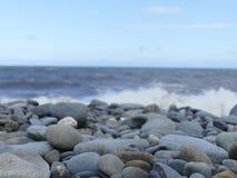 Staplungskiesel auf einem Strand Stockfoto