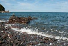 Staplungskiesel-Turm, der durch Welle gewaschen wird Stockfotos