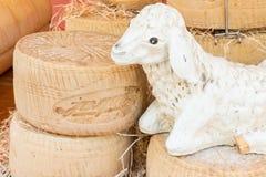 Staplungskreisblöcke des Käses mit Blattstatuette stockbilder