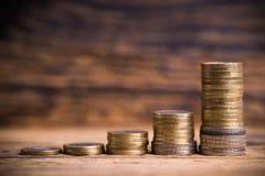 Staplungsmünzen, die Diagramm von overproportional Wachstum zeigen Lizenzfreie Stockfotos