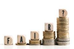 Staplungsmünzen, die Einkommensunterschied zwischen den reichen und normalen Einkommen zeigen Stockfotografie