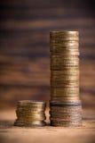 Staplungsmünzen, die Einkommensunterschiedanteil zwischen den reichen und normalen Einkommen zeigen Stockfotografie