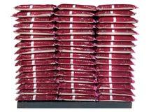 Staplungsplastiktaschen des Reises lokalisiert auf weißem Hintergrund stockfotografie