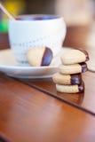 Staplungsschokolade tauchte Herz geformte Plätzchen und Tasse Kaffee ein Lizenzfreies Stockfoto