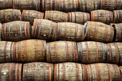 Staplungsstapel von alten hölzernen Fässern des Whiskys und des Weins Stockfoto