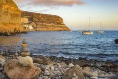 Staplungssteine und Boote im Wasser an ¡ n, Gran Puerto de Mogà Lizenzfreie Stockbilder